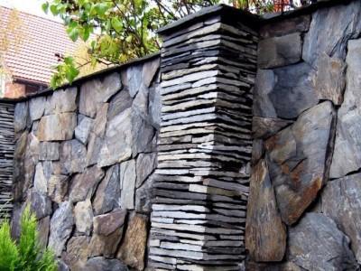 mur z ciemnymi plaskimi kamieniami