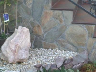 schody z kamieniem od boku